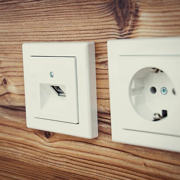 Free WiFi, Telefondose und ausreichend Strom auf jedem Zimmer