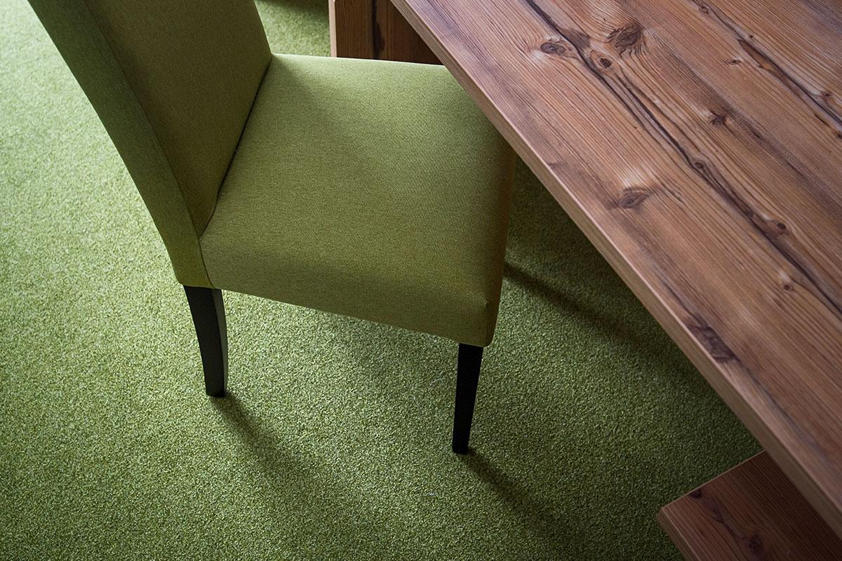Stylischer Teppichboden und gemütlicher Stuhl am Schreibtisch